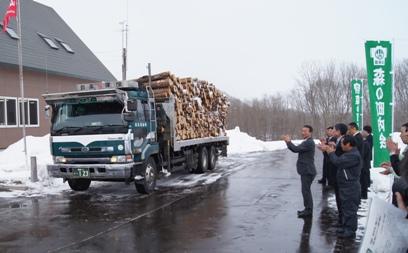 出荷される間伐材